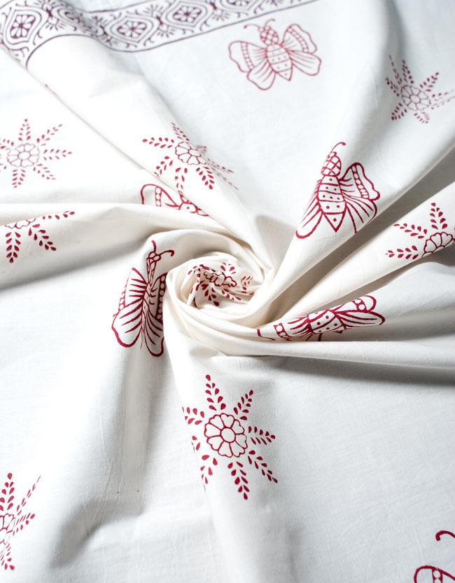 〔約110cm×110cm〕ウッドブロックのスクエア型テーブルクロス - 白 蝶々柄 5 - インド綿の優しい風合いがあります