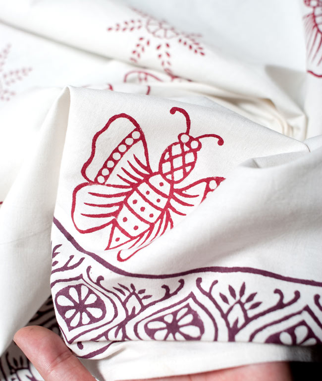 〔約110cm×110cm〕ウッドブロックのスクエア型テーブルクロス - 白 蝶々柄 6 - 手作りの木版を使用しているので、微妙なかすれなどが雰囲気を出しています。