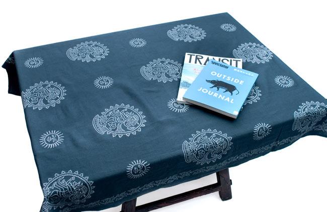 〔約110cm×110cm〕ウッドブロックのスクエア型テーブルクロス - 白 蝶々柄 7 - さまざまなテーブルへ、テーブルクロスとして使えます。正方形なので円形のテーブルにもとても似合います。
