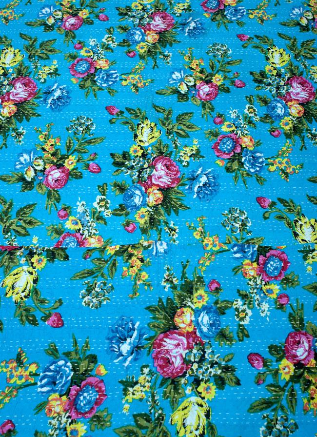 〔約150cm×224cm〕ラリーキルト 手作りカンタ刺繍のソファー&ベッドカバー - 水色 3 - 基本的には同じ雰囲気の物になりますが一品づつ手作りしている為、柄のパターンなどが若干それぞれことなっております。