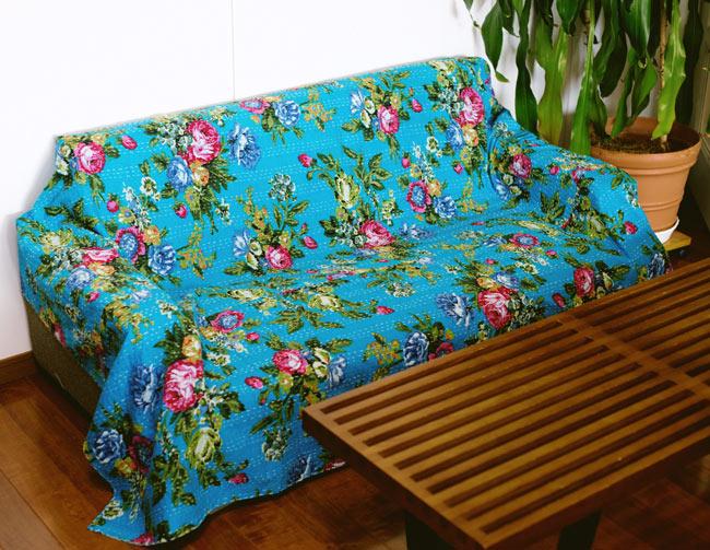 〔約150cm×224cm〕ラリーキルト 手作りカンタ刺繍のソファー&ベッドカバー - 水色 6 - 2.5人掛けソファーへの使用例です。2.5〜3人掛けぐらいのソファーへぴったりなサイズ感です。(以下は同ジャンル品の写真になります。)