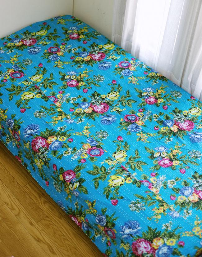 〔約150cm×224cm〕ラリーキルト 手作りカンタ刺繍のソファー&ベッドカバー - 水色 7 - シングルベッドへ、ベッドカバーとして使用例です。お部屋の雰囲気があかるくなります。