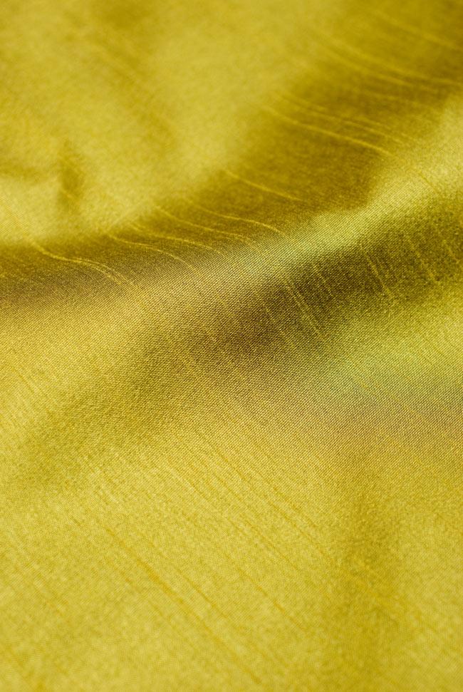 〔約105cm×105cm〕インドの金糸入りテーブルカバー オリーブの写真4 - 中央部分はシンプルです。