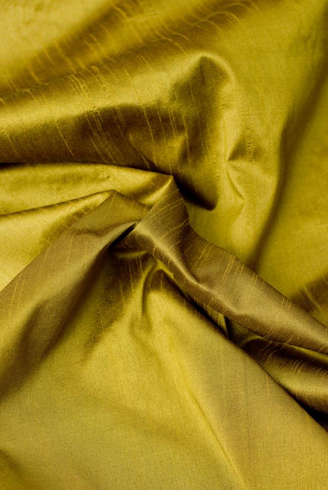 〔約105cm×105cm〕インドの金糸入りテーブルカバー オリーブの写真5 - 光沢感のある美しい布が使われています。