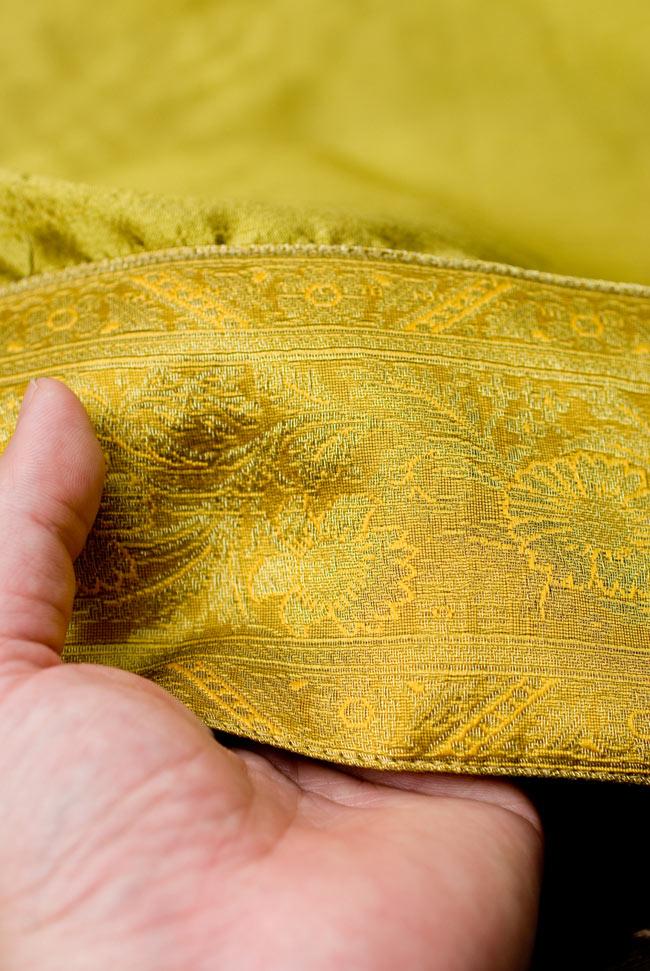 〔約105cm×105cm〕インドの金糸入りテーブルカバー オリーブの写真6 - ふちの部分は堅さとしなやかさのあるがあり丈夫です。