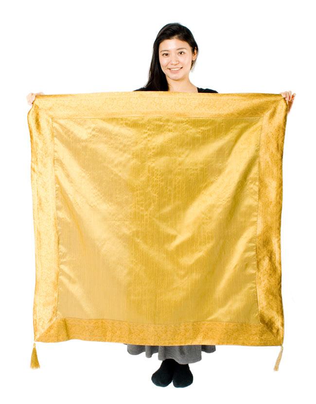 〔約105cm×105cm〕インドの金糸入りテーブルカバー オリーブの写真7 - 大きさの参考にモデルさんが持ってみました。