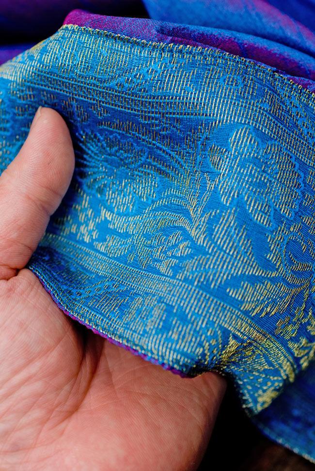〔約105cm×105cm〕インドの金糸入りテーブルカバー ブルーパープルの写真6 - ふちの部分は堅さとしなやかさのあるがあり丈夫です。