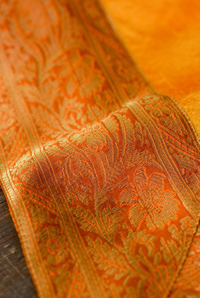 〔約105cm×105cm〕インドの金糸入りテーブルカバー オレンジの写真3 - 縁の部分の装飾が美しいです。