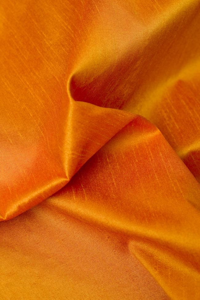 〔約105cm×105cm〕インドの金糸入りテーブルカバー オレンジの写真5 - 光沢感のある美しい布が使われています。
