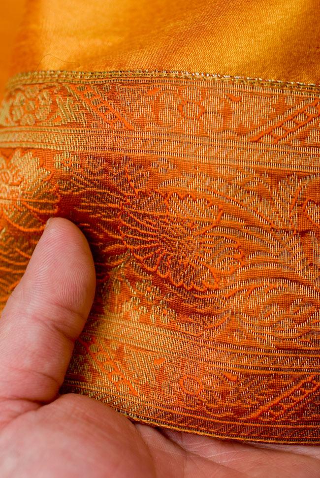 〔約105cm×105cm〕インドの金糸入りテーブルカバー オレンジの写真6 - ふちの部分は堅さとしなやかさのあるがあり丈夫です。