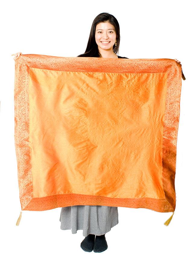 〔約105cm×105cm〕インドの金糸入りテーブルカバー オレンジの写真7 - 大きさの参考にモデルさんが持ってみました。