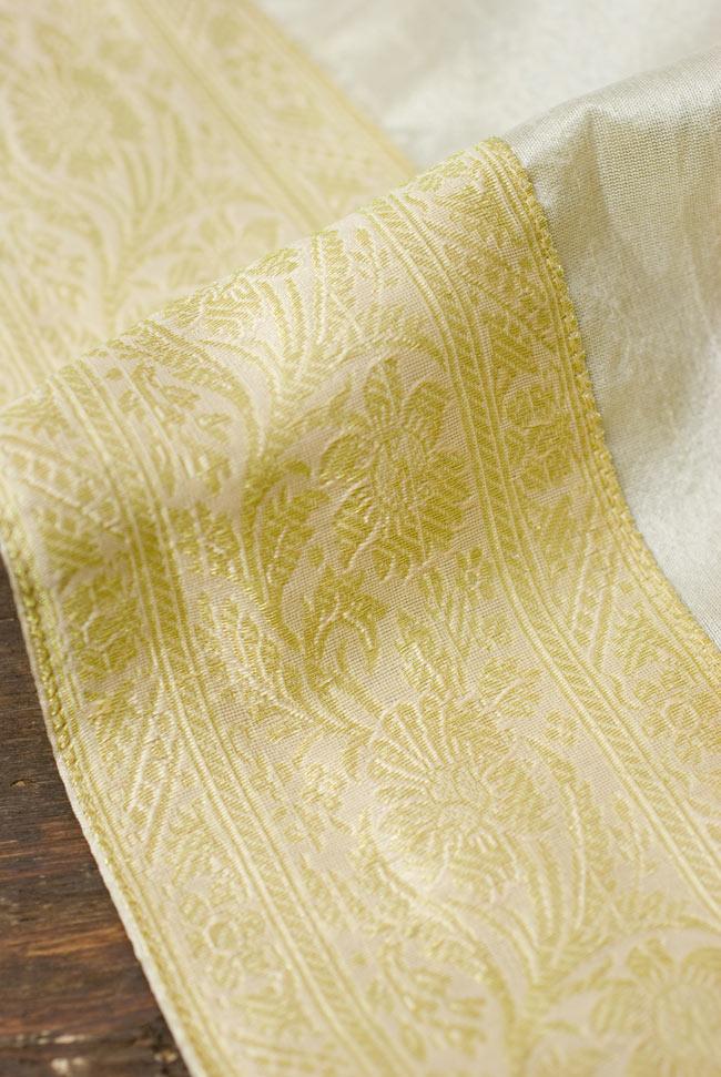 〔約105cm×105cm〕インドの金糸入りテーブルカバー ベージュホワイトの写真3 - 縁の部分の装飾が美しいです。