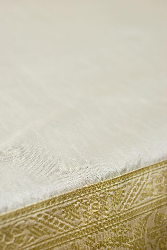 〔約105cm×105cm〕インドの金糸入りテーブルカバー ベージュホワイトの写真4 - 中央部分はシンプルです。