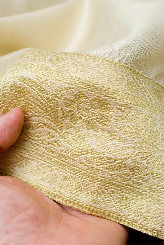 〔約105cm×105cm〕インドの金糸入りテーブルカバー ベージュホワイトの写真6 - ふちの部分は堅さとしなやかさのあるがあり丈夫です。
