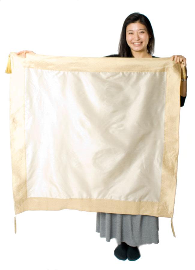 〔約105cm×105cm〕インドの金糸入りテーブルカバー ベージュホワイトの写真7 - 大きさの参考にモデルさんが持ってみました。