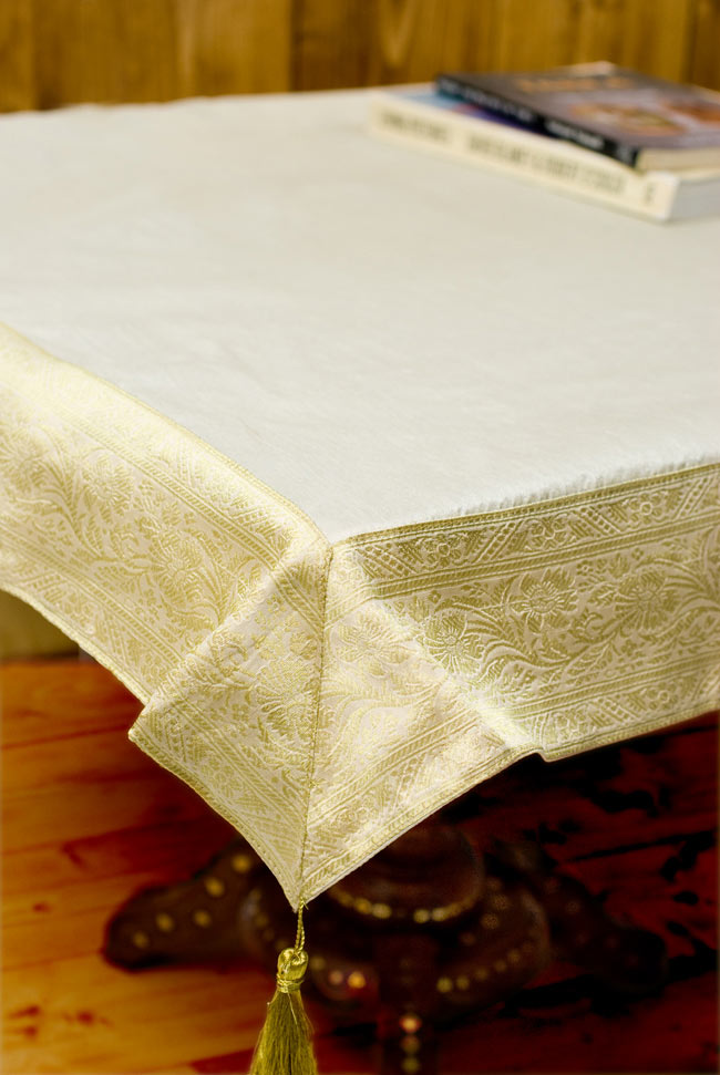〔約105cm×105cm〕インドの金糸入りテーブルカバー ベージュホワイトの写真