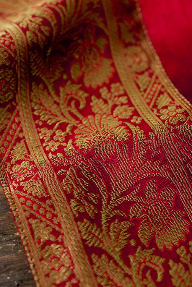〔約105cm×105cm〕インドの金糸入りテーブルカバー 赤の写真3 - 縁の部分の装飾が美しいです。