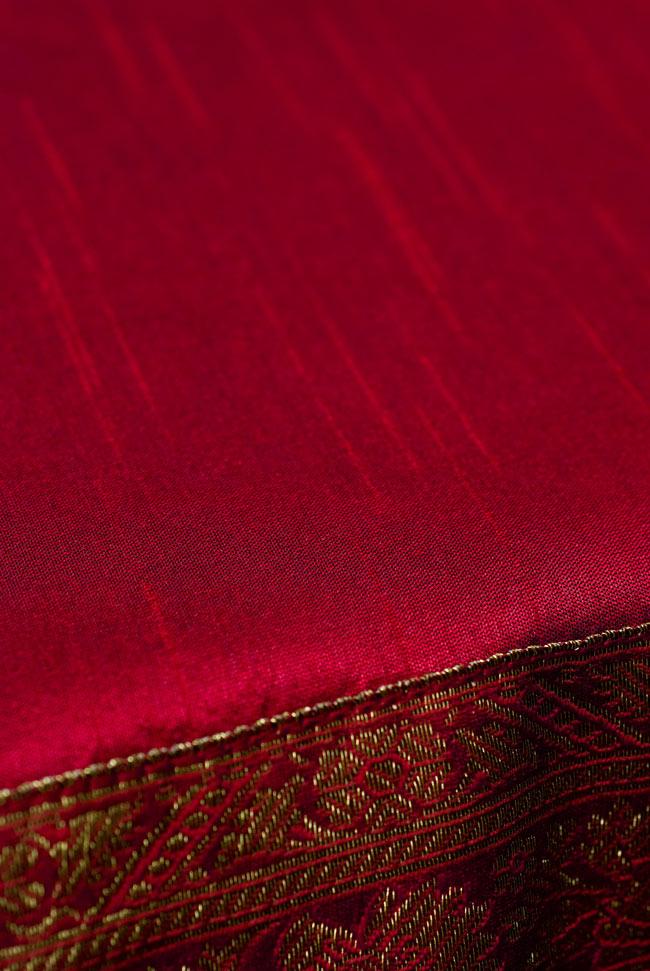 〔約105cm×105cm〕インドの金糸入りテーブルカバー 赤の写真4 - 中央部分はシンプルです。