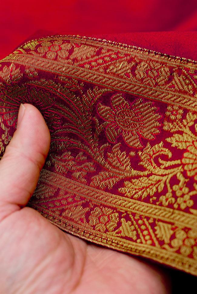 〔約105cm×105cm〕インドの金糸入りテーブルカバー 赤の写真6 - ふちの部分は堅さとしなやかさのあるがあり丈夫です。