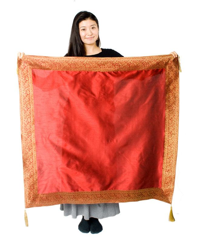 〔約105cm×105cm〕インドの金糸入りテーブルカバー 赤の写真7 - 大きさの参考にモデルさんが持ってみました。