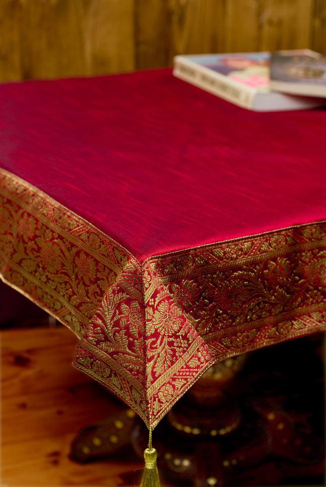 〔約105cm×105cm〕インドの金糸入りテーブルカバー 赤の写真