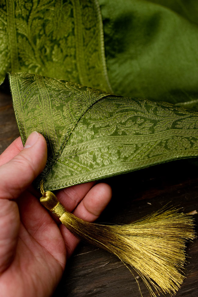 〔約105cm×105cm〕インドの金糸入りテーブルカバー グリーンの写真2 - 四隅にはこのような飾りがついています。