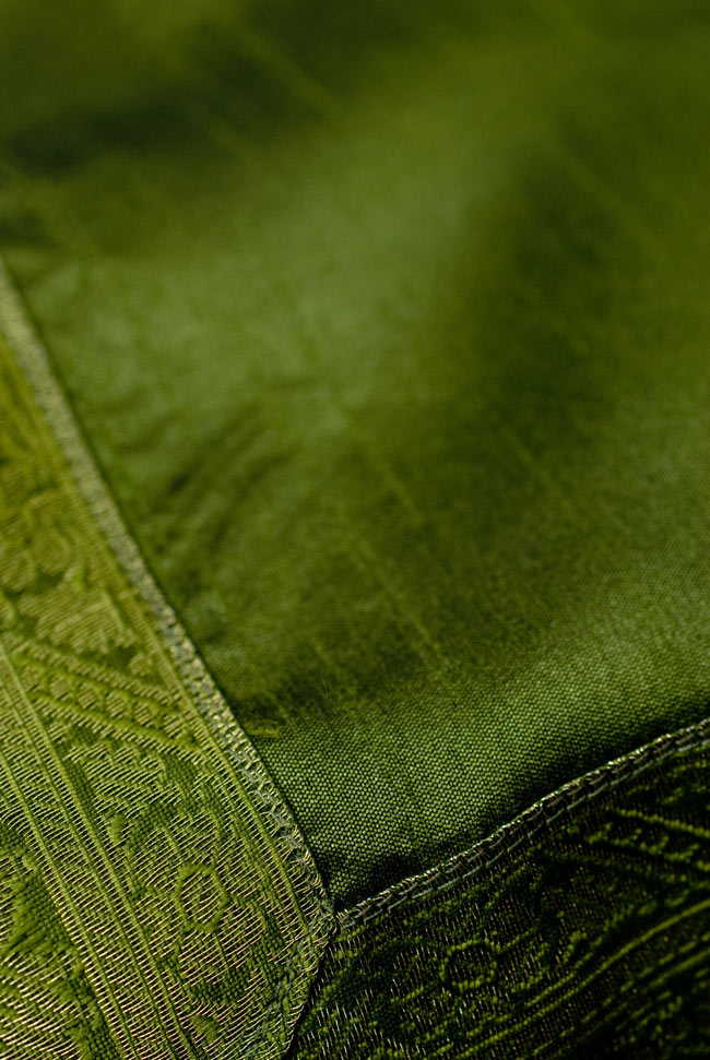 〔約105cm×105cm〕インドの金糸入りテーブルカバー グリーンの写真4 - 中央部分はシンプルです。