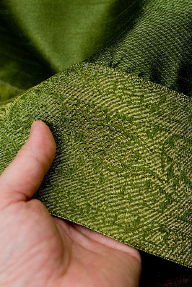 〔約105cm×105cm〕インドの金糸入りテーブルカバー グリーンの写真6 - ふちの部分は堅さとしなやかさのあるがあり丈夫です。
