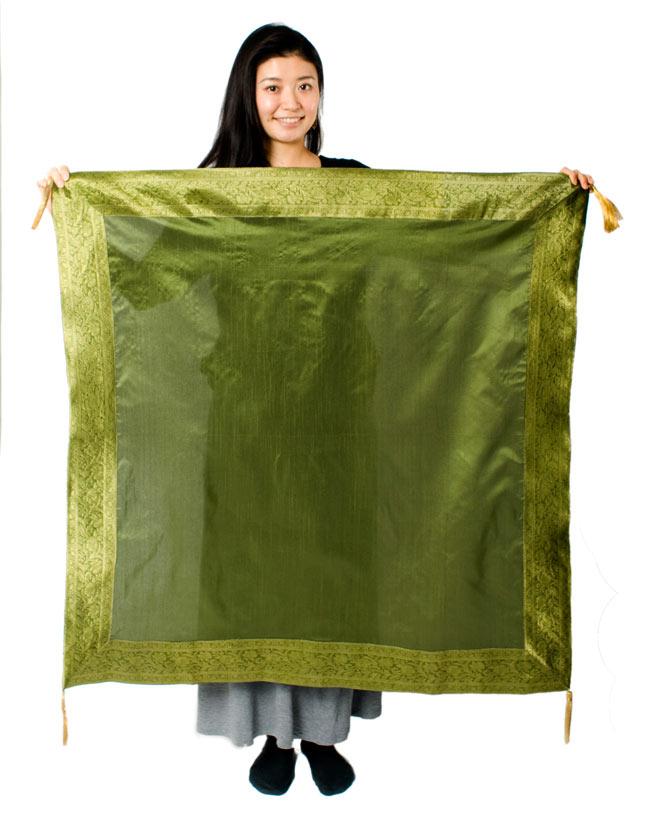 〔約105cm×105cm〕インドの金糸入りテーブルカバー グリーンの写真7 - 大きさの参考にモデルさんが持ってみました。