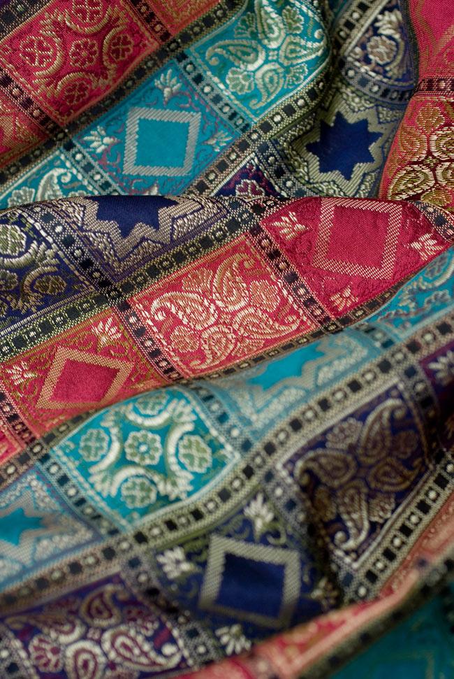 〔約105cm×105cm〕インドの金糸入りテーブルカバー エメラルド×マルチカラーの写真5 - 光沢感のある美しい布が使われています。