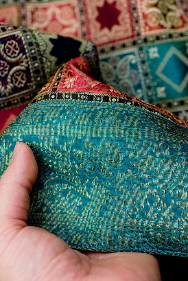 〔約105cm×105cm〕インドの金糸入りテーブルカバー エメラルド×マルチカラーの写真6 - ふちの部分は堅さとしなやかさのあるがあり丈夫です。