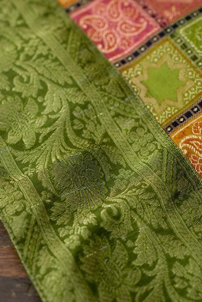 〔約105cm×105cm〕インドの金糸入りテーブルカバー - グリーン×マルチカラー 3 - 縁の部分の装飾が美しいです。