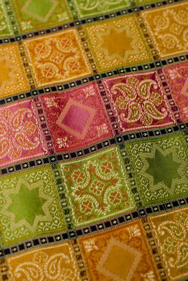 〔約105cm×105cm〕インドの金糸入りテーブルカバー - グリーン×マルチカラー 4 - 中央部分です。豪華かつ重厚なデザインです。