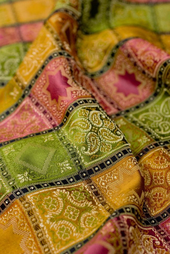 〔約105cm×105cm〕インドの金糸入りテーブルカバー - グリーン×マルチカラー 5 - 光沢感のある美しい布が使われています。裏地がついていて二重構造になっていますので、しっかりしています。