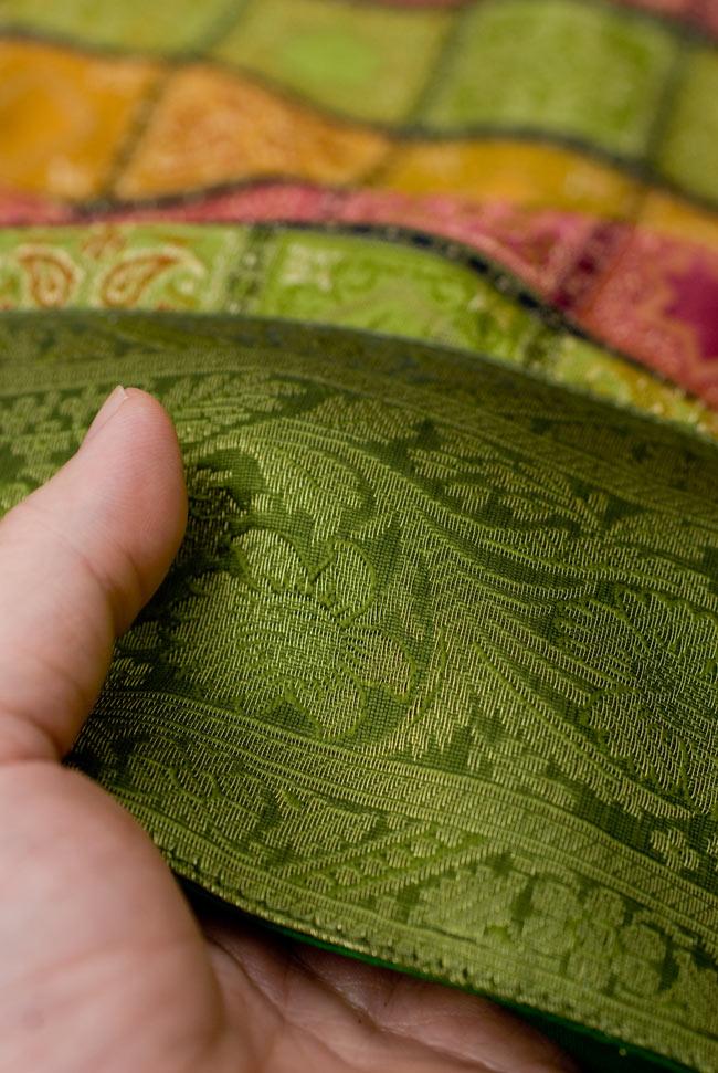 〔約105cm×105cm〕インドの金糸入りテーブルカバー - グリーン×マルチカラー 6 - ふちの部分は堅さとしなやかさのあるがあり丈夫です。