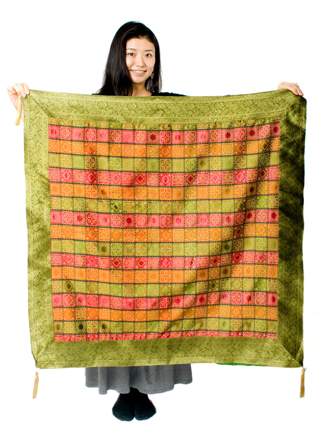 〔約105cm×105cm〕インドの金糸入りテーブルカバー - グリーン×マルチカラー 7 - 大きさの参考にモデルさんが持ってみました。