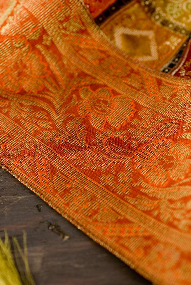 〔約105cm×105cm〕インドの金糸入りテーブルカバー オレンジ×マルチカラーの写真3 - 縁の部分の装飾が美しいです。