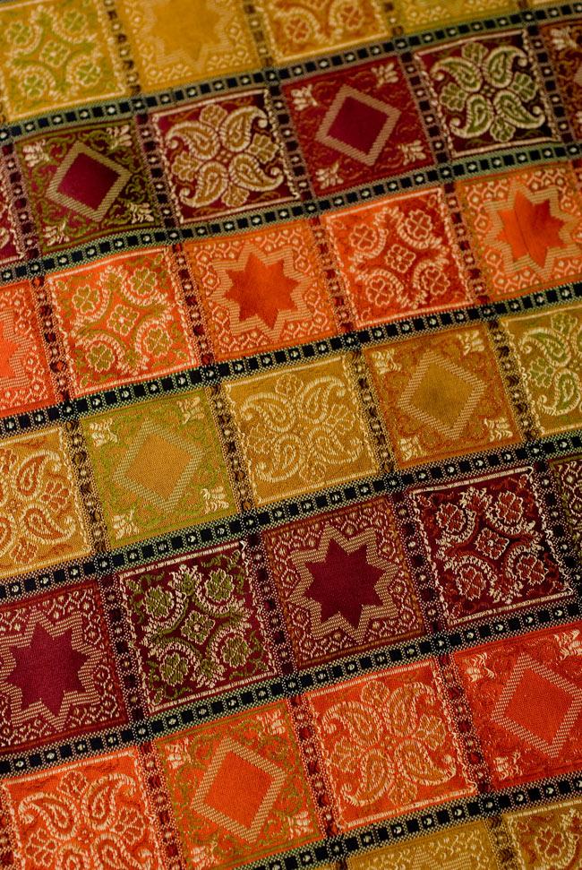 〔約105cm×105cm〕インドの金糸入りテーブルカバー オレンジ×マルチカラーの写真4 - 中央部分です。豪華かつ重厚なデザインです。