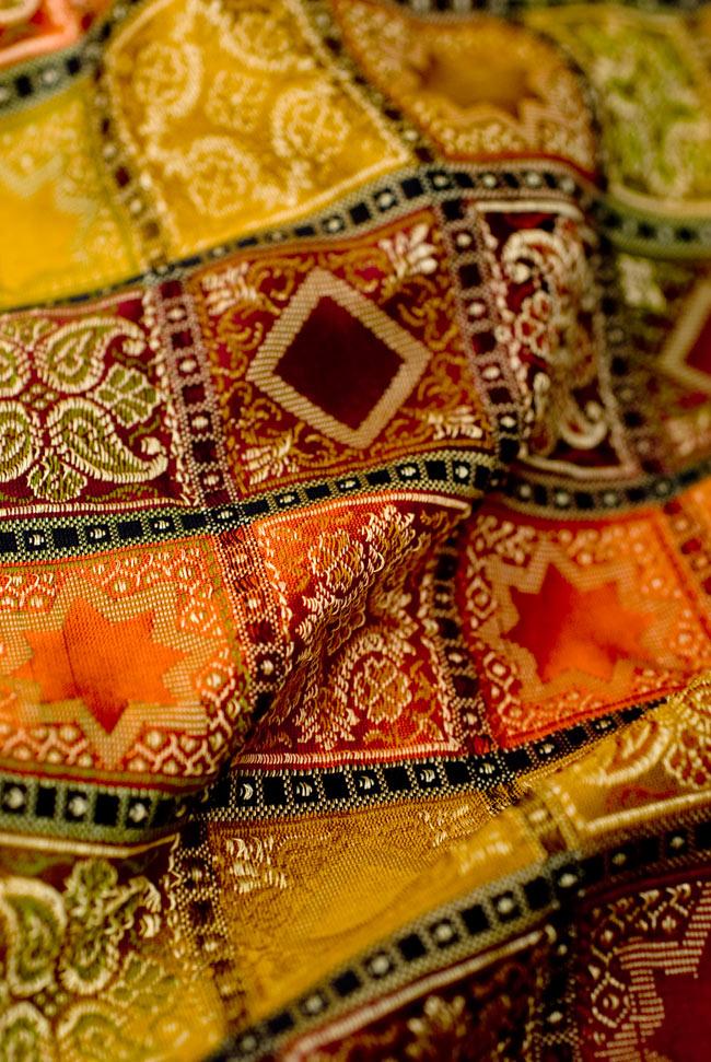 〔約105cm×105cm〕インドの金糸入りテーブルカバー オレンジ×マルチカラーの写真5 - 光沢感のある美しい布が使われています。裏地がついていて二重構造になっていますので、しっかりしています。