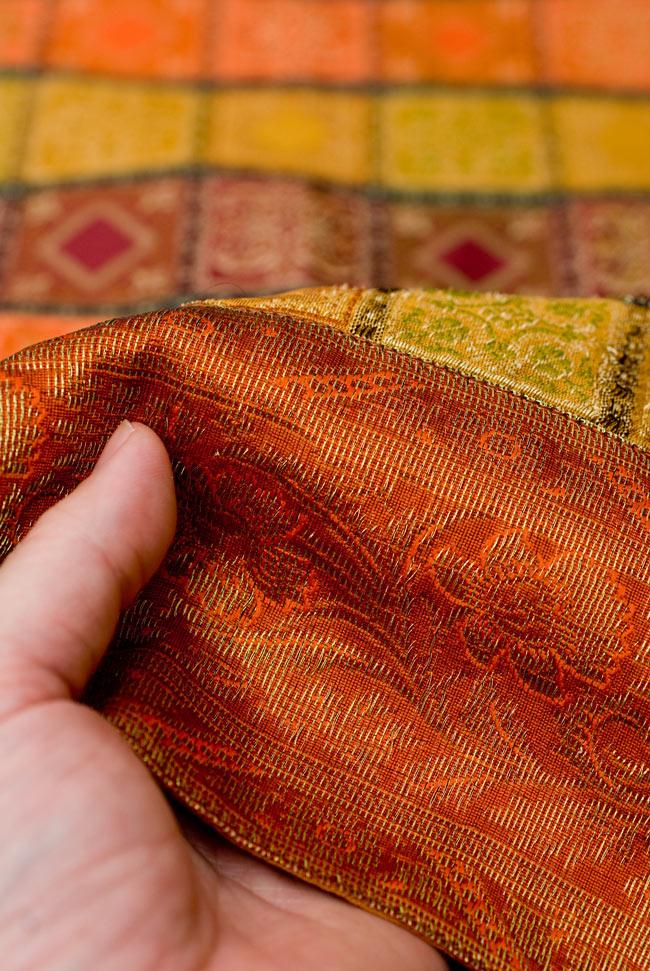 〔約105cm×105cm〕インドの金糸入りテーブルカバー オレンジ×マルチカラーの写真6 - ふちの部分は堅さとしなやかさのあるがあり丈夫です。