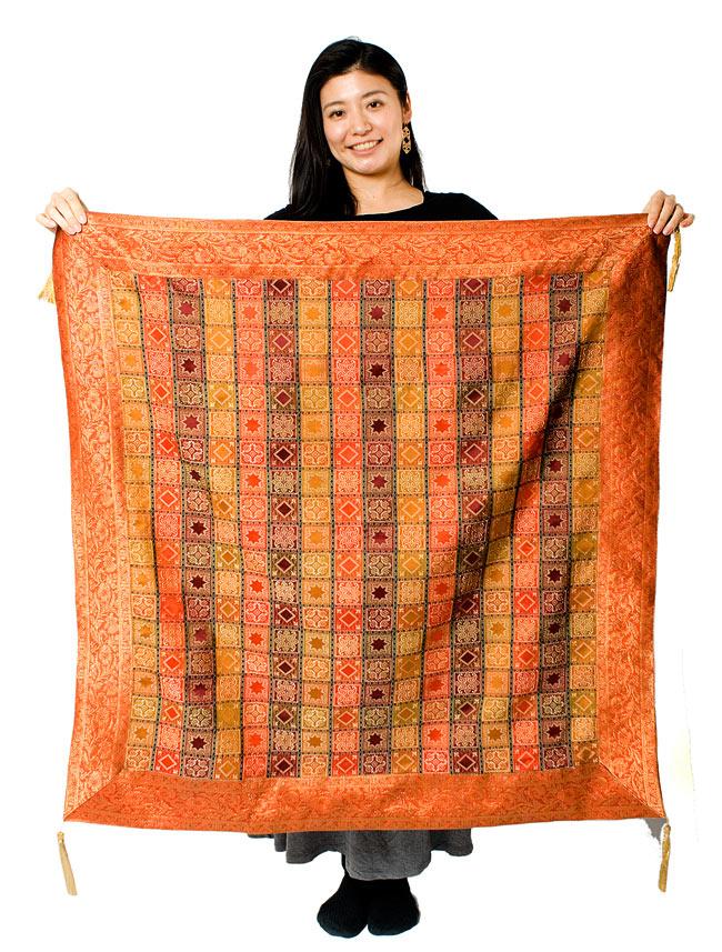 〔約105cm×105cm〕インドの金糸入りテーブルカバー オレンジ×マルチカラーの写真7 - 大きさの参考にモデルさんが持ってみました。