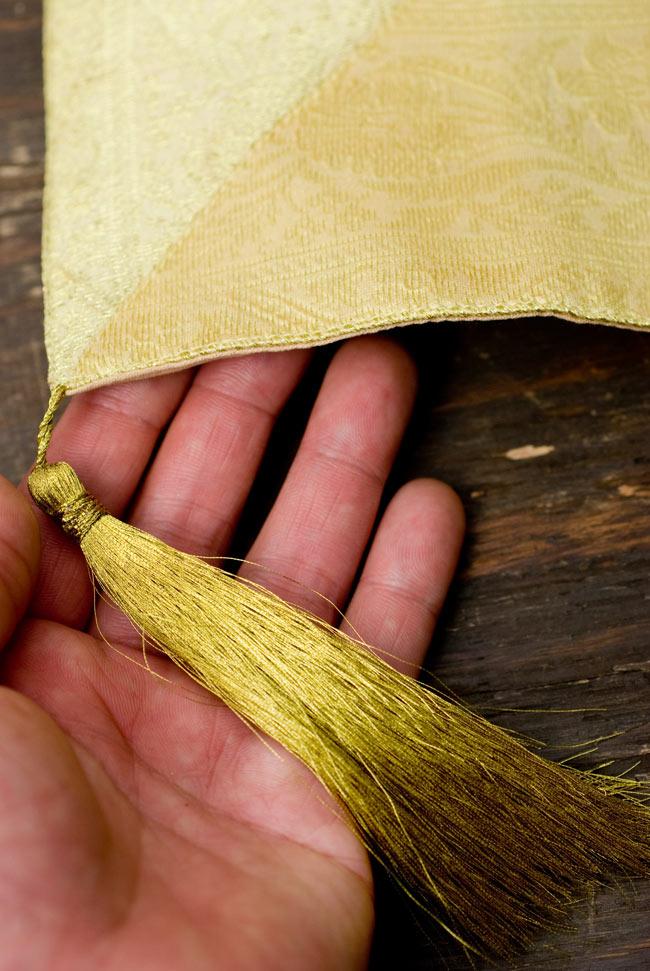 〔約105cm×105cm〕インドの金糸入りテーブルカバー - ベージュ×マルチカラー 2 - 四隅にはこのような飾りがついています。
