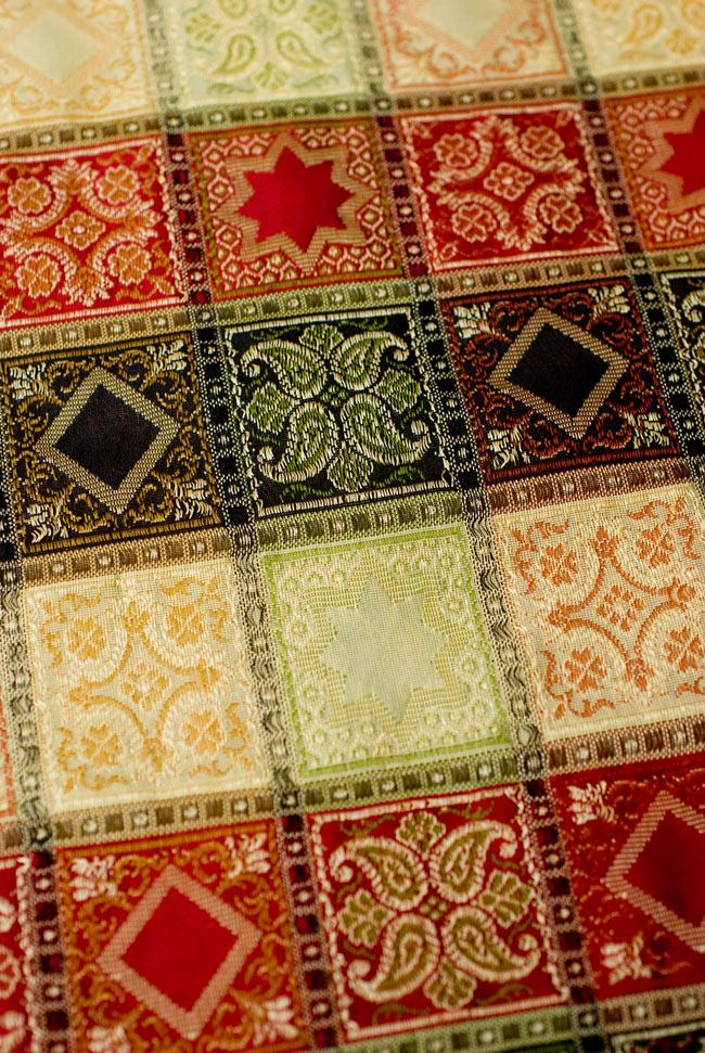 〔約105cm×105cm〕インドの金糸入りテーブルカバー - ベージュ×マルチカラー 4 - 中央部分です。豪華かつ重厚なデザインです。