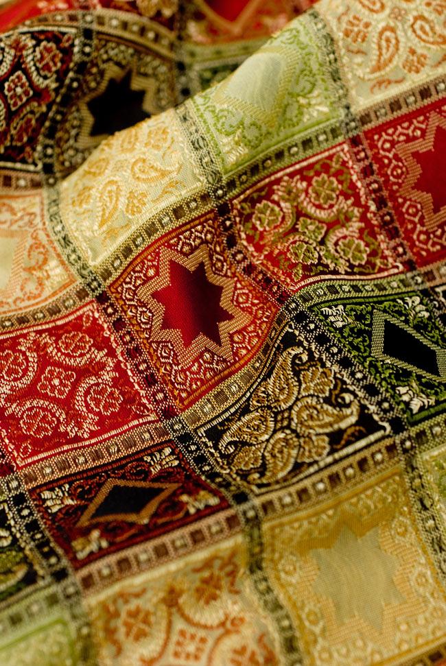 〔約105cm×105cm〕インドの金糸入りテーブルカバー - ベージュ×マルチカラー 5 - 光沢感のある美しい布が使われています。裏地がついていて二重構造になっていますので、しっかりしています。