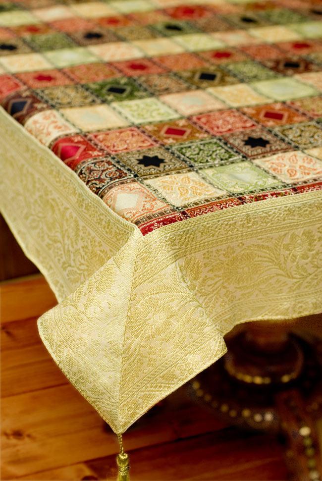 〔約105cm×105cm〕インドの金糸入りテーブルカバー - ベージュ×マルチカラーの写真