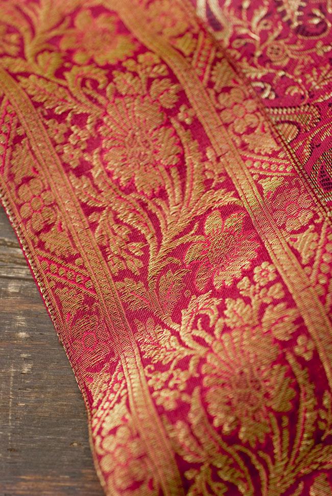 〔約105cm×105cm〕インドの金糸入りテーブルカバー 赤紫×ペイズリーの写真3 - 縁の部分の装飾が美しいです。