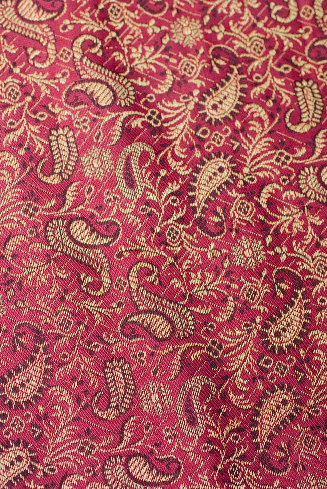 〔約105cm×105cm〕インドの金糸入りテーブルカバー 赤紫×ペイズリーの写真4 - 中央部分です。豪華かつ重厚なデザインです。