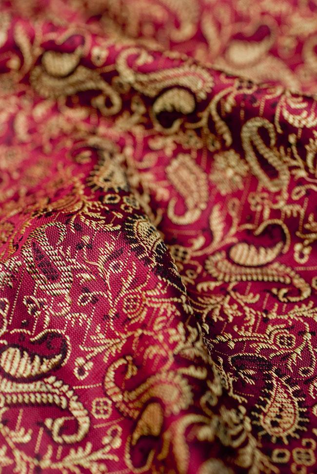 〔約105cm×105cm〕インドの金糸入りテーブルカバー 赤紫×ペイズリーの写真5 - 光沢感のある美しい布が使われています。裏地がついていて二重構造になっていますので、しっかりしています。