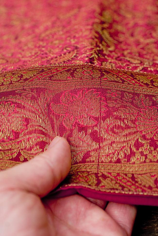 〔約105cm×105cm〕インドの金糸入りテーブルカバー 赤紫×ペイズリーの写真6 - ふちの部分は堅さとしなやかさのあるがあり丈夫です。