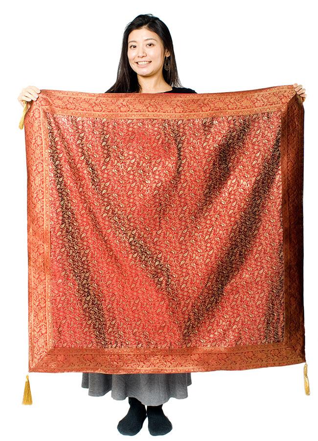 〔約105cm×105cm〕インドの金糸入りテーブルカバー 赤紫×ペイズリーの写真7 - 大きさの参考にモデルさんが持ってみました。